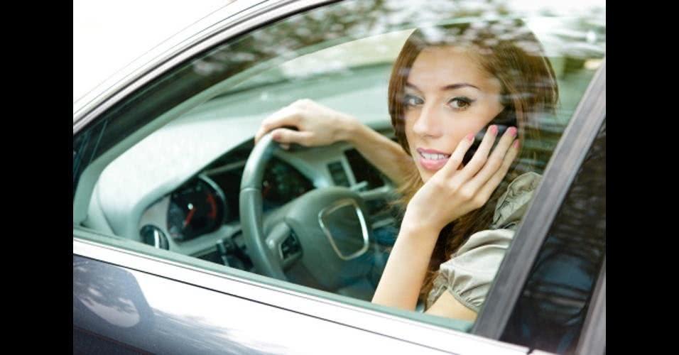 multa por dirigir falando ao celular
