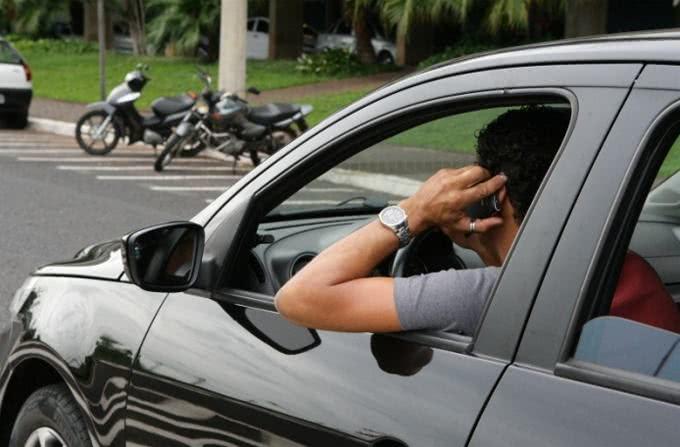 dirigir falando ao celular