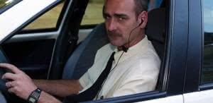 Dirigir com fone de ouvido diminui a atenção do motorista e ocasiona em multa. (Foto: Divulgação)