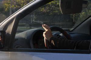 Além de ser um hábito não saudável, fumar enquanto dirige pode dar multa. (Foto: Divulgação)