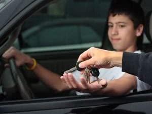 Deixar menor de idade dirigir